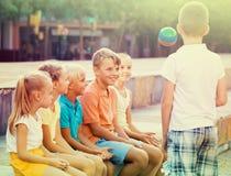 Enfants jouant avec la petite boule extérieure Photos libres de droits