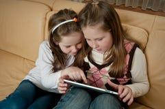 Enfants jouant avec la tablette image libre de droits