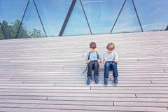Enfants jouant avec la tablette extérieure Concept de loisirs de technique d'apprentissage d'éducation de personnes Photos stock