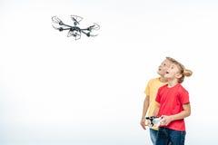 Enfants jouant avec le bourdon de hexacopter Image libre de droits