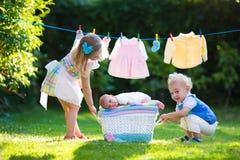 Enfants jouant avec le frère nouveau-né de bébé Photo libre de droits