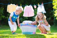 Enfants jouant avec le frère nouveau-né de bébé Photographie stock libre de droits
