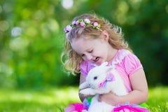 Enfants jouant avec le lapin d'animal familier Photos stock