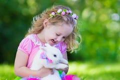 Enfants jouant avec le lapin d'animal familier Images stock