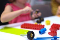 Enfants jouant avec le lego Photographie stock libre de droits