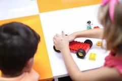 Enfants jouant avec le lego Images stock