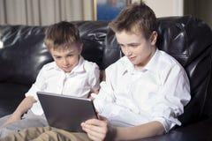 Enfants jouant avec le PC de comprimé Image libre de droits