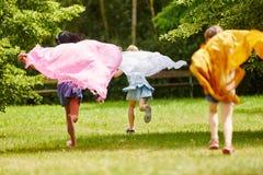Enfants jouant avec le tissu Photos libres de droits