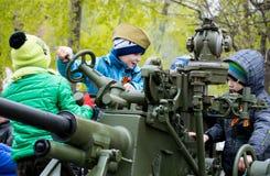 Enfants jouant avec le véhicule militaire Photographie stock