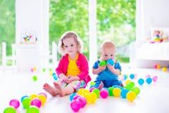 Enfants jouant avec les jouets colorés Image stock