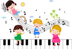 Enfants jouant avec les notes musicales Photographie stock libre de droits