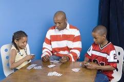 Enfants jouant avec leur père image libre de droits