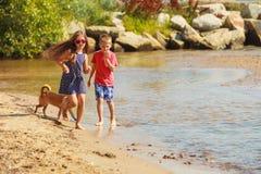 Enfants jouant avec son chien image libre de droits