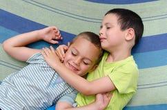 Enfants jouant dans l'hamac en été Photographie stock libre de droits