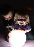 Enfants jouant dans l'obscurité Photos stock