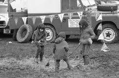 Enfants jouant dans la boue Photographie stock libre de droits