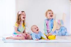 Enfants jouant dans la chambre à coucher blanche Image libre de droits