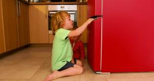 Enfants jouant dans la cuisine banque de vidéos