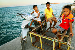 Enfants jouant dans la motocyclette sur le pilier image libre de droits