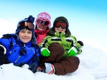 Enfants jouant dans la neige Photos libres de droits