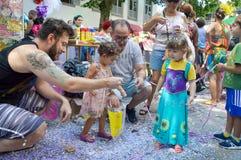 Enfants jouant dans le carnaval au Brésil photographie stock