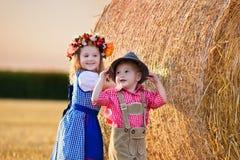 Enfants jouant dans le domaine de blé en Allemagne Photo stock