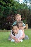 Enfants jouant dans le jardin. photos stock