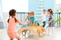 Enfants jouant dans le jardin d'enfants images stock