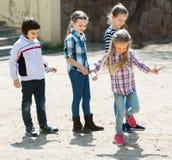 Enfants jouant dans le jeu de jeu de marelle Photos libres de droits