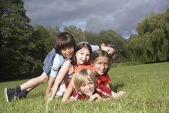 Enfants jouant dans le pré Photos stock