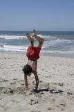 Enfants jouant dans le sable Image stock
