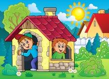 Enfants jouant dans le thème 2 de petite maison Images libres de droits