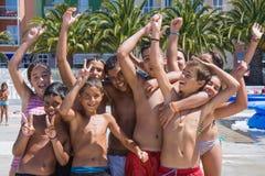 Enfants jouant dans un bassin gonflable de natation à la La Palma Island, Espagne Photographie stock