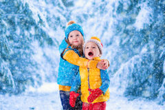 Enfants jouant dehors en hiver Image stock