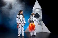 Enfants jouant des astronautes Photos libres de droits