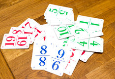 Enfants jouant des cartes avec des nombres Images libres de droits