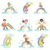 Enfants jouant des instruments de musique avec la décoration d'arc-en-ciel et de nuages Images libres de droits