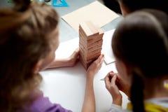 Enfants jouant des jeux au service de garderie Images libres de droits
