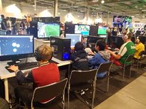 Enfants jouant des jeux d'ordinateur à l'événement Photo libre de droits