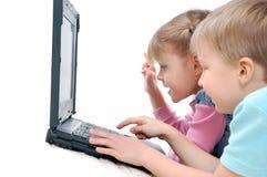 Enfants jouant des jeux d'ordinateur Images stock