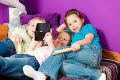 Enfants jouant des jeux vidéo Photographie stock libre de droits