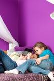 Enfants jouant des jeux vidéo Image stock