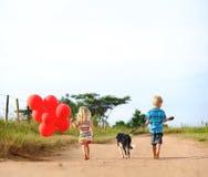 Enfants jouant en été photo libre de droits