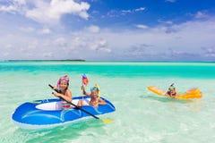 Enfants jouant en mer Photo libre de droits