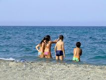 Enfants jouant en mer photographie stock