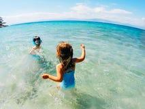 Enfants jouant en mer Images libres de droits