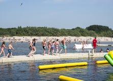Enfants jouant en parc d'éclaboussure d'aqua Image stock