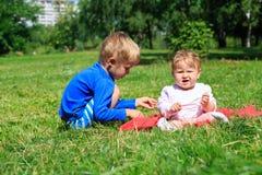 Enfants jouant en parc d'été Image stock