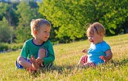 Enfants jouant en parc d'été Photographie stock