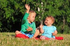 Enfants jouant en parc d'été Photo libre de droits